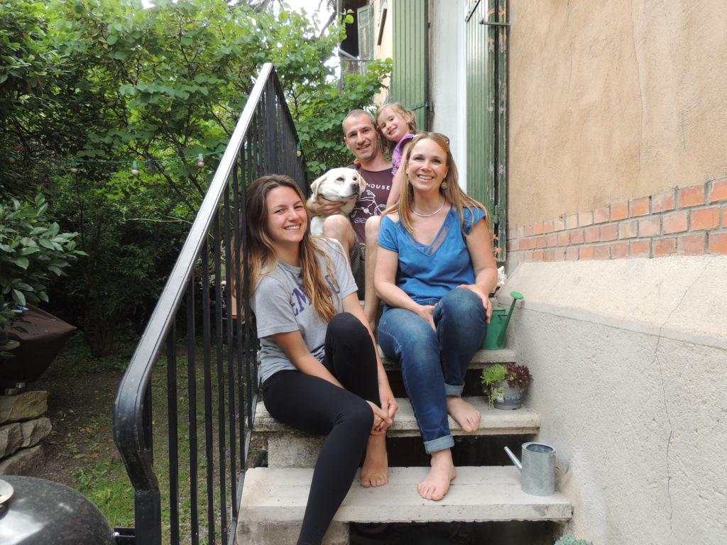 photo avec une famille d'accueil française sur escaliers en extérieur